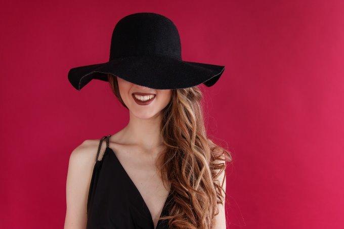 帽子で顔を隠す女性