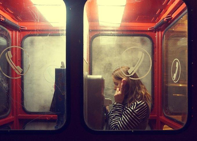 電話ボックスに入る女性