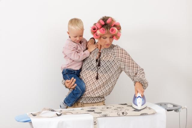 子供を抱えて忙しそうな母親