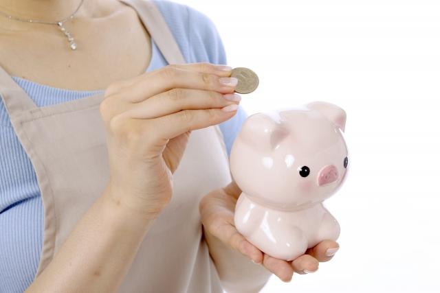 貯金をする女性