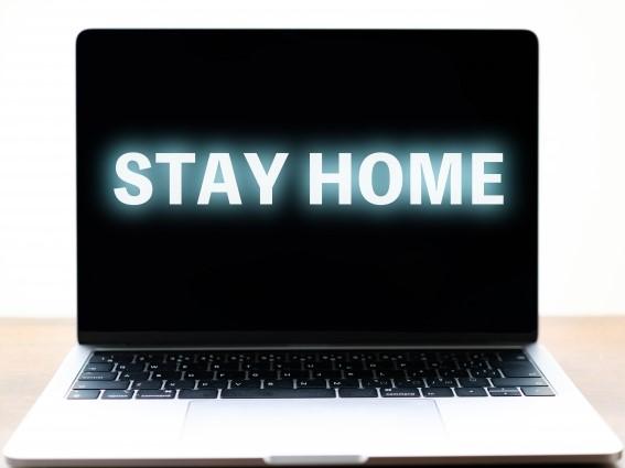 STAYHOMEの文字が映っているパソコン