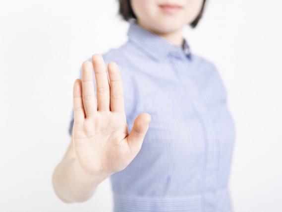 片手で制する女性