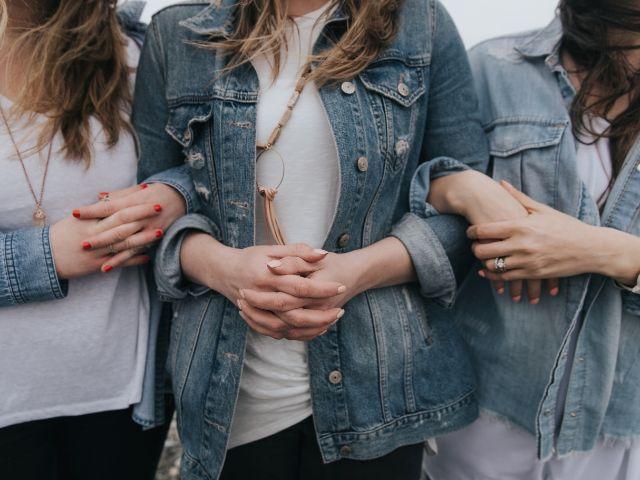 腕を組む3人の女性