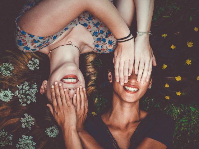 顔を隠して笑う女性