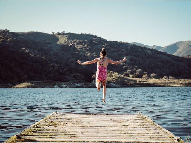 海に飛び込む女性