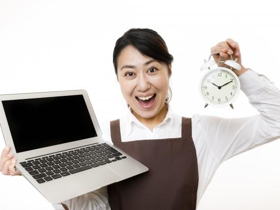 時計とパソコンを持つ女性