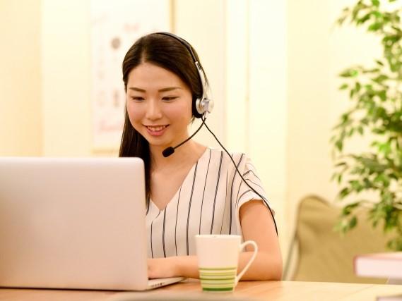 パソコンでチャットをする女性
