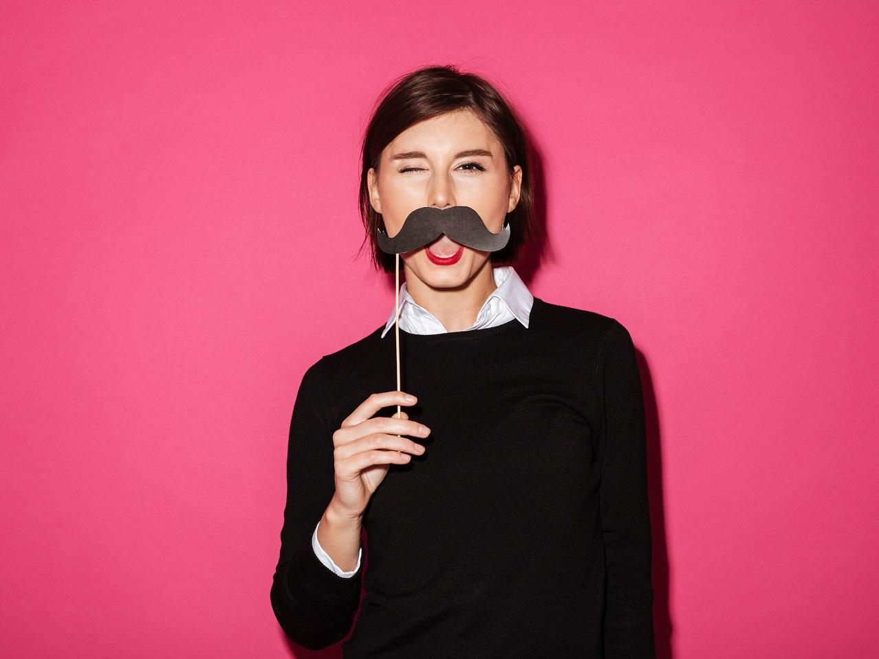 紙の口髭を持つ女性