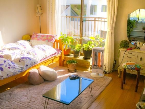 一人暮らしの女性の冬の部屋