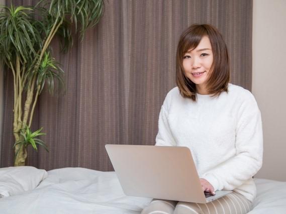 パソコンで配信する女性