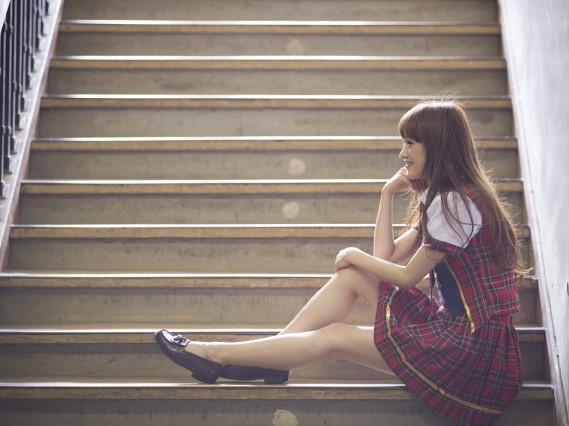 階段に座る女子高生