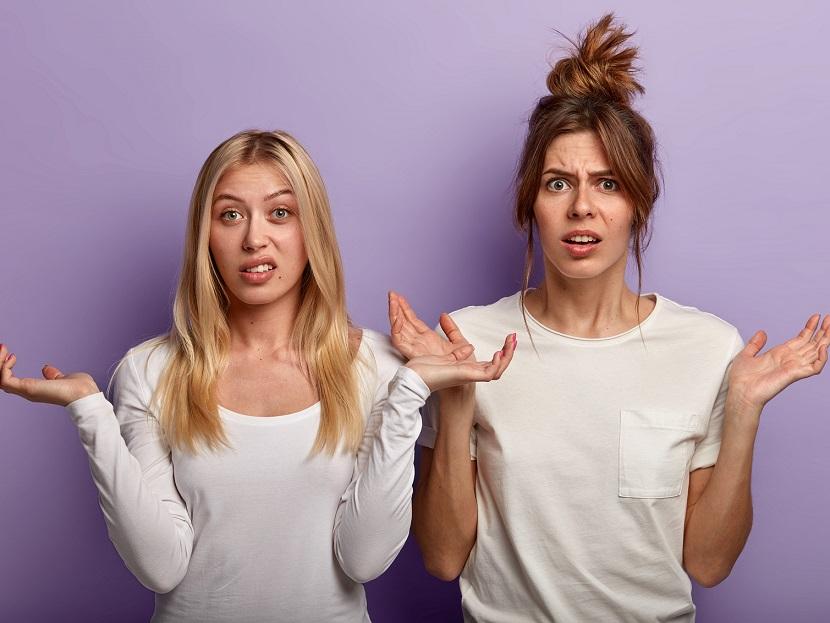 か肩をすくめる二人の女性