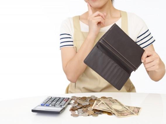 お金計算に悩む女性