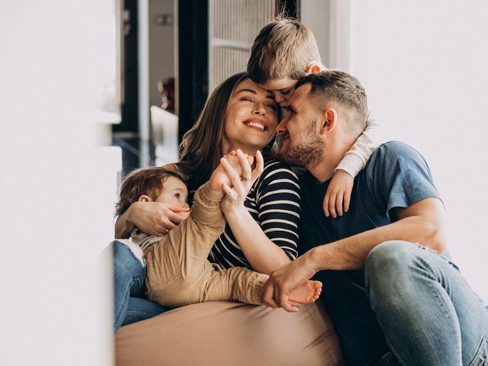 幼い2人の息子と若い夫婦の愛に溢れた家族