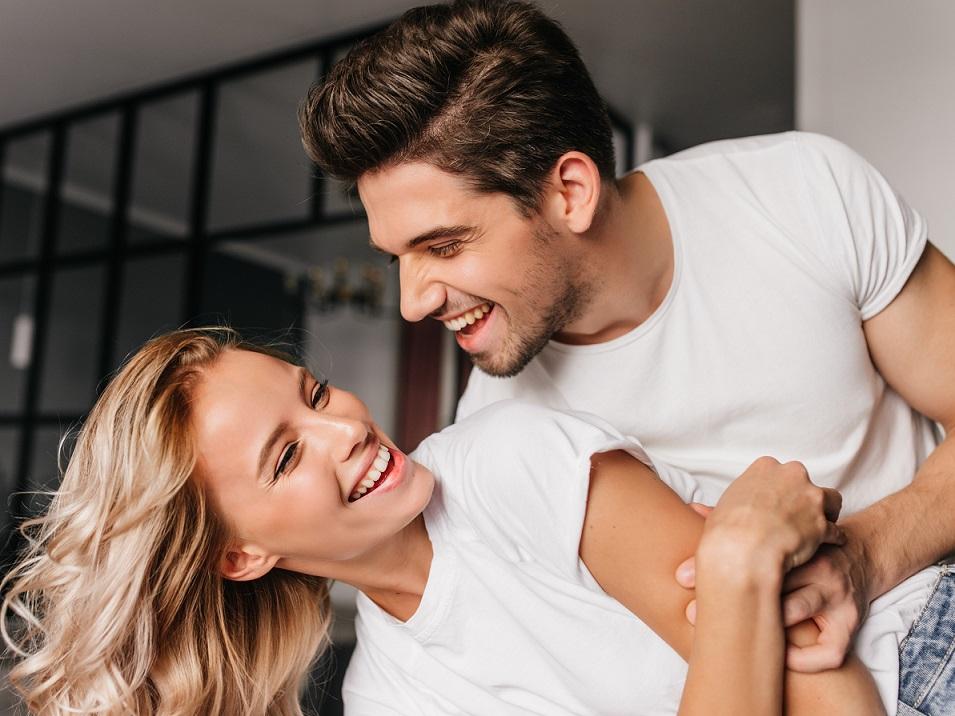 楽しそうにじゃれ合う幸せなカップル