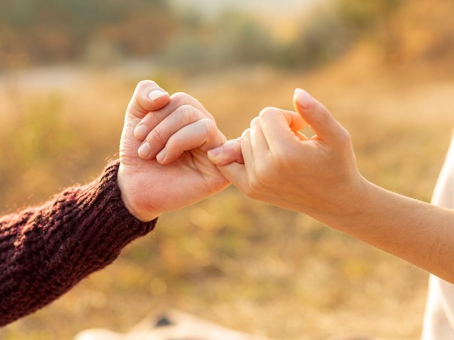 男性と女性の小指の約束