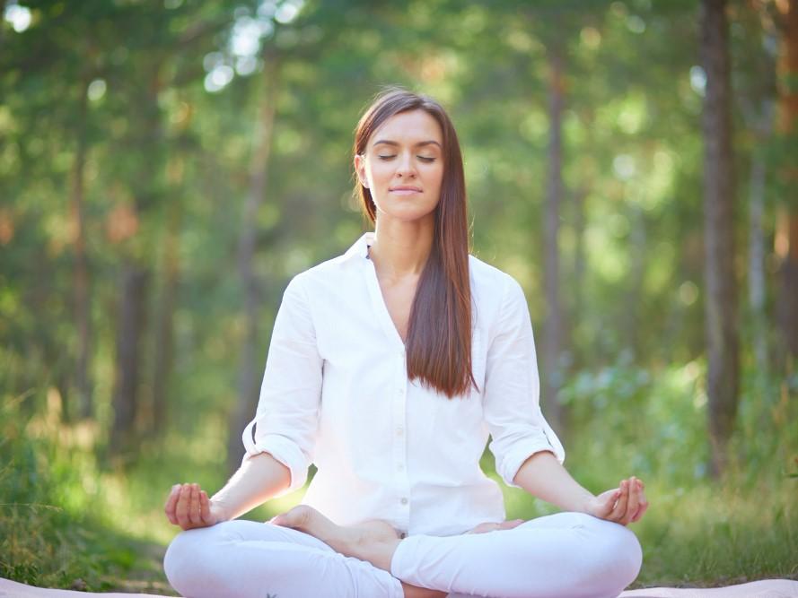 自然の中で瞑想する女性