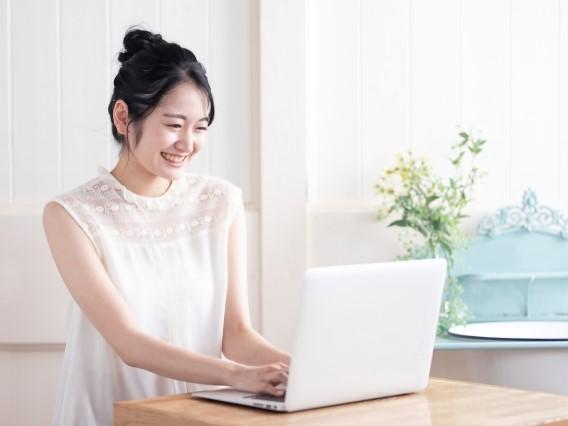 パソコン越しに楽しそうに会話する女性