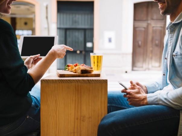 カフェでしゃべる男女