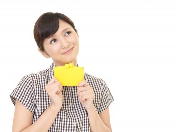 財布を持った嬉しそうな女性