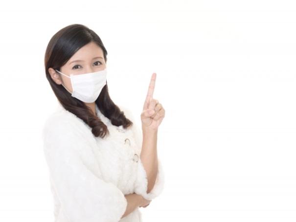 マスク着用について話し始める女性