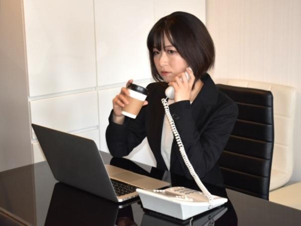 事務所で仕事する女性