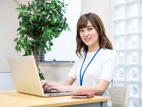 事務所で仕事する女性スタッフ