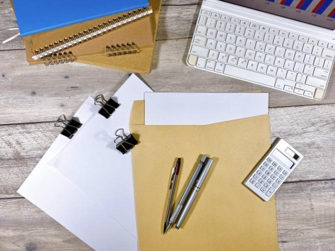 パソコン・電卓や書類