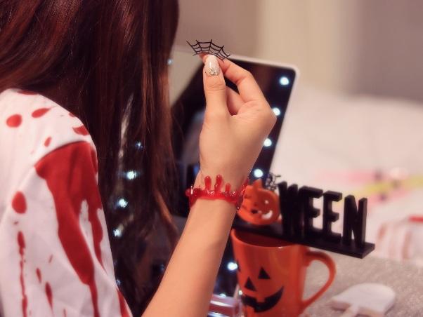 ハロウィンの仮装をする女の子