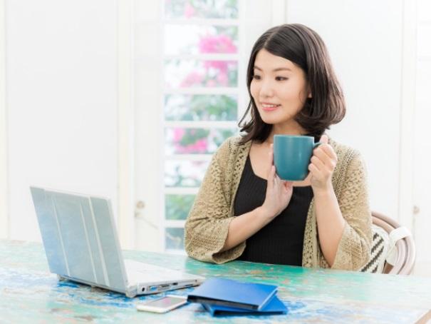 パソコンでトークを楽しむ女性