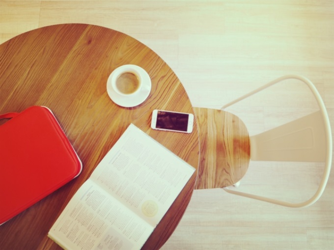 イスとテーブルで読書をするイメージ