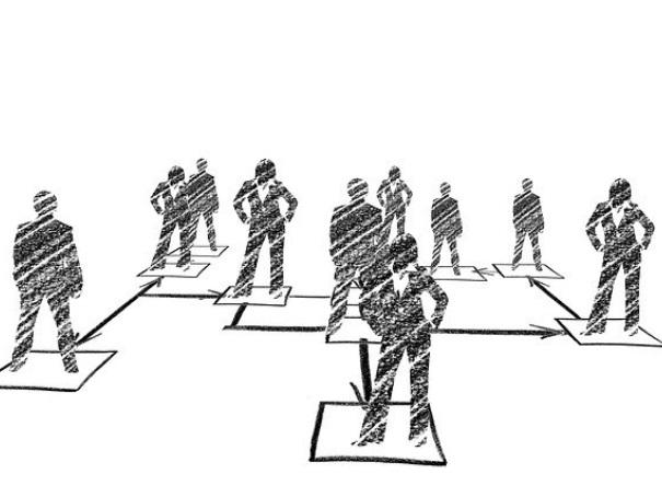 ビジネスマンたちが立っているイメージ