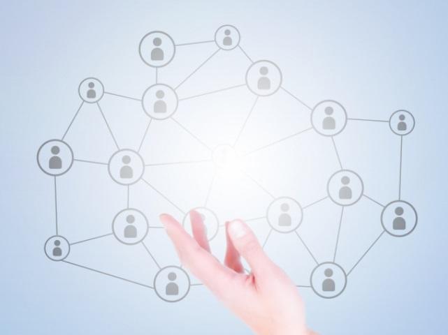 左手とネットワークの図