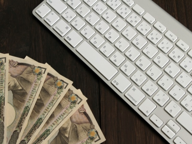 キーボードと1万円札
