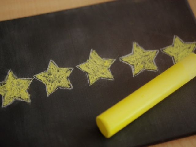 黄色いチョークで書かれた星