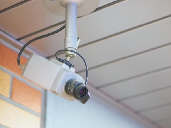 天井にぶら下がる監視カメラ